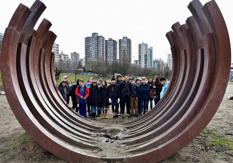 Bernar Venet. 217.5 ARC X 13. Sunset Beach in Vancouver. BIG IDEAS visit by L'École Bilingue Grade 7 students. class photo. March 9, 2017. Photo by roaming-the-planet. 798x558